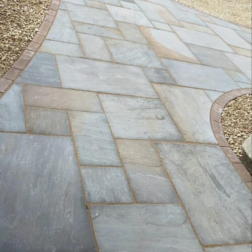 Natural stone paving with gravel finishing