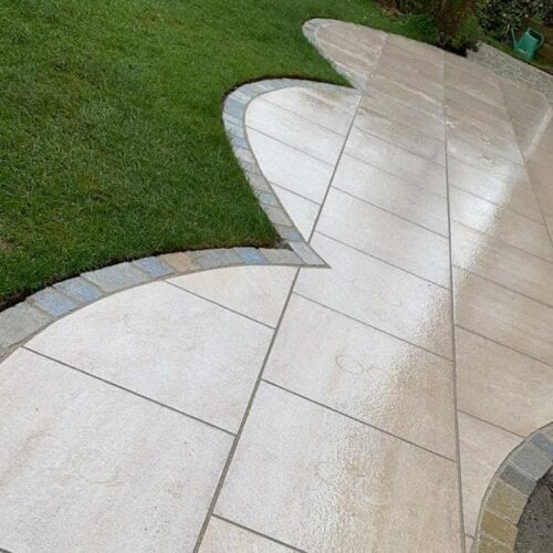 Porcelain paving with decorative edging in granite setts